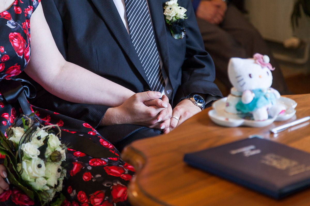 Händchen halten während der Trauung